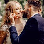 deux mariés vont s'embrasser et sont très heureux - elle porte une robe blanche et des cheveux lachés de facon boheme et lui porte un costume de marié bleu foncé - ils sont beaux tous les deux - ma belle histoire - wedding planner et officiant de ceremonie laique